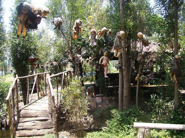 Остров с жуткими куклами, оставленными для призрака утопленницы