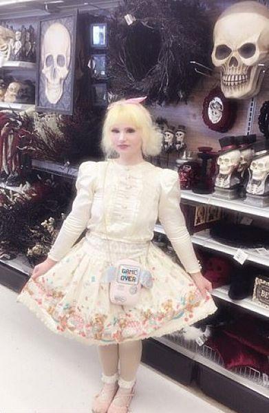 24-летняя американка регулярно трансформируется в человеческую куклу