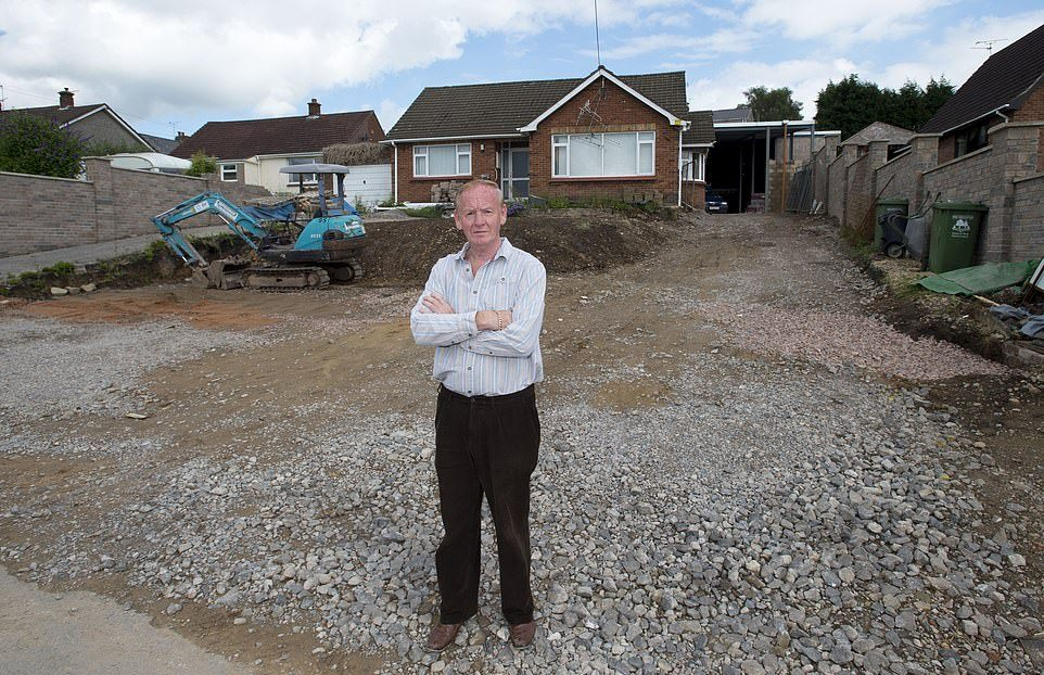Британец построил свой развлекательный комплекс в саду