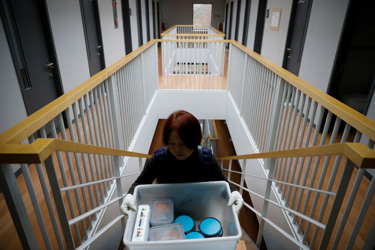 Корейские офисные работники закрываются в одиночных камерах