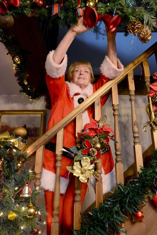 72-летняя британка начинает украшать свой дом к Рождеству уже в августе