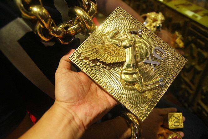 Бизнесмен постоянно носит на себе 13 кг золотых украшений