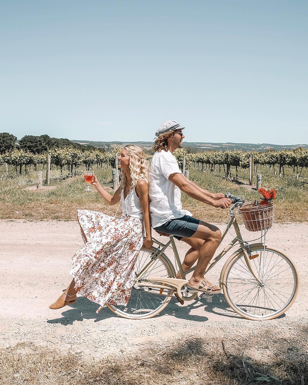 Пара путешествует по Австралии, продвигая свой винный бренд