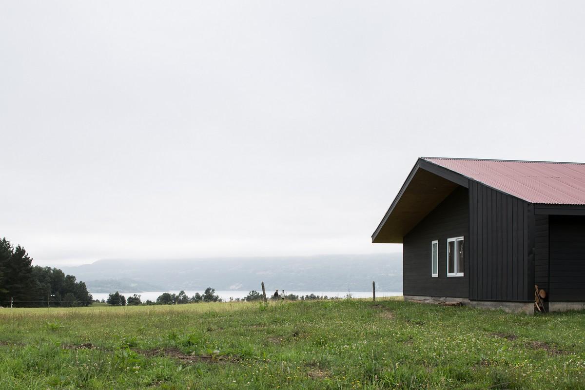 Чёрный дом возле озера в Чили
