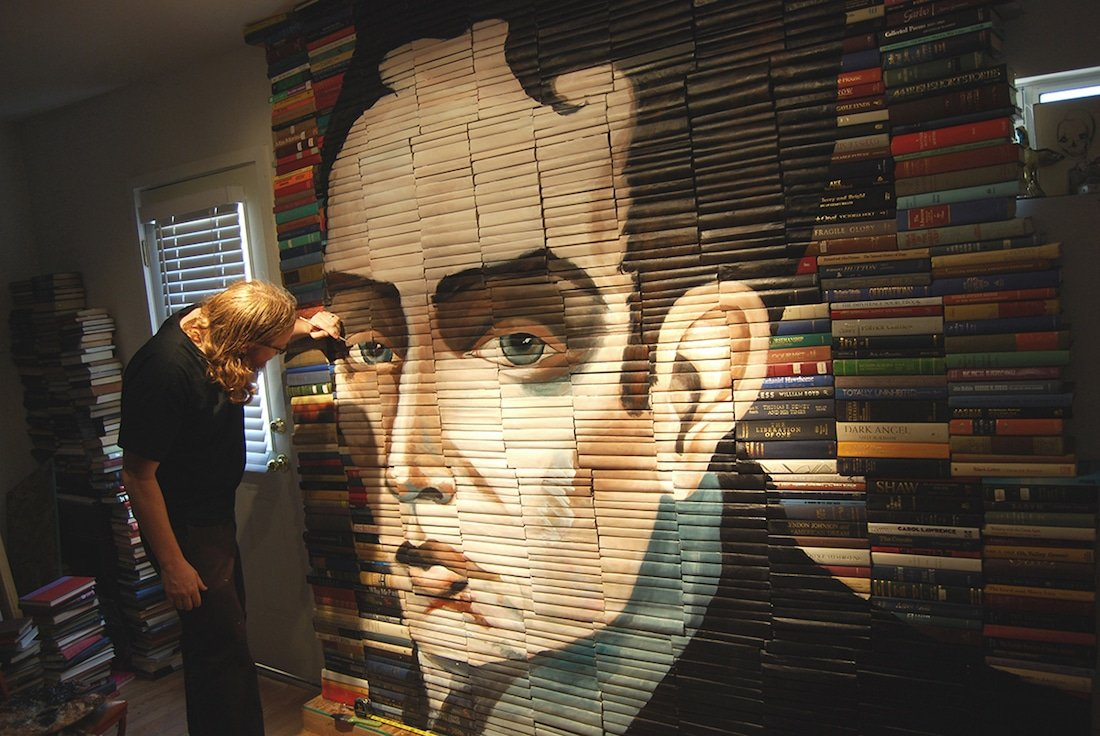 Художник превращает старые книги в стопки-скульптуры