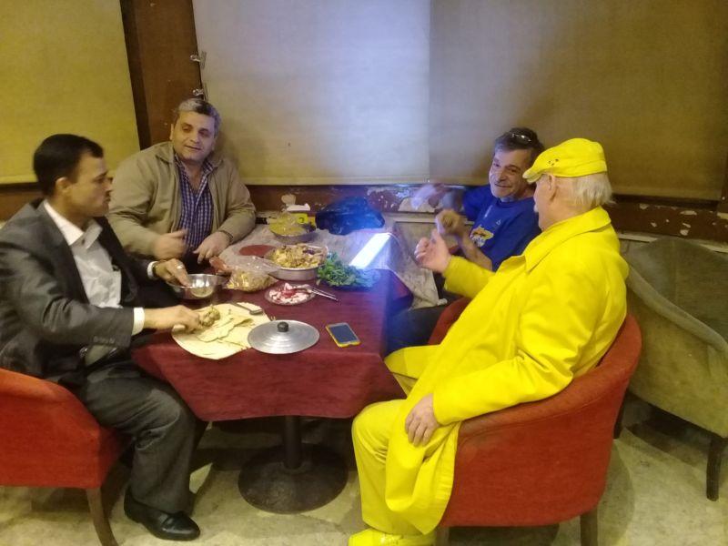 A 35 éves szíriai csak sárga ruhát visel 35 évig.