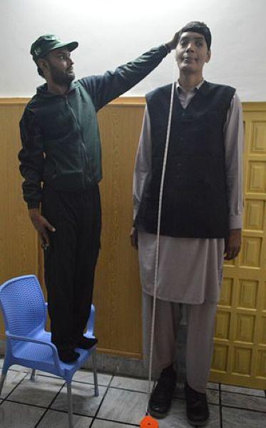 A legmagasabb pakisztáni kétségbeesetten szeretik szeretni