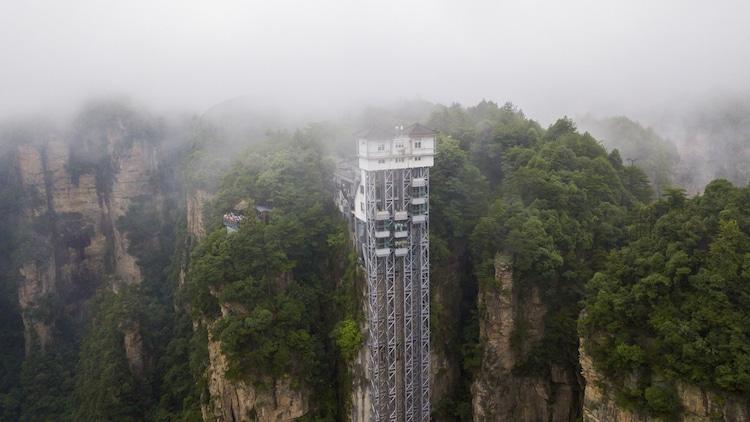 Наружный лифт поднимает посетителей на 326 метров над землей