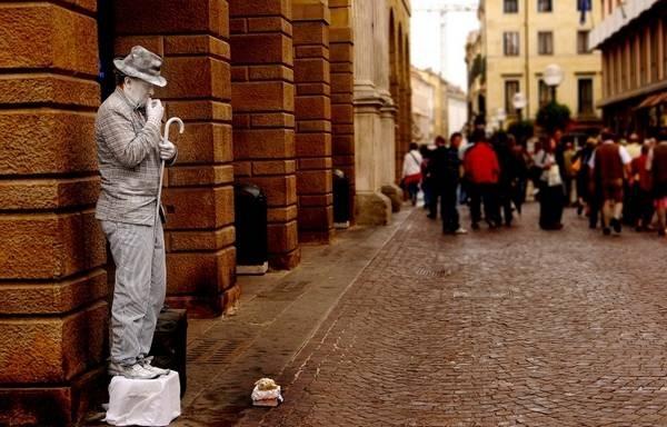 Живые статуи на улицах городов