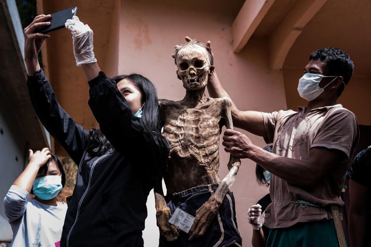Toraja népének emberei elpusztítják az elhunyt rokonok testét
