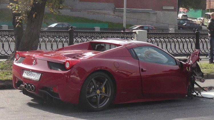 Летчик на Ferrari протаранил три автомобиля