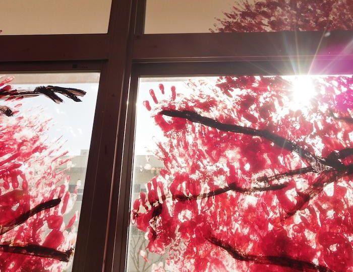 Рисунок на окнах в виде цветущей сакуры