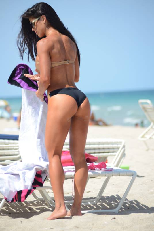 Фитнес-гуру Мишель Левин демонстрирует идеальную фигуру в бикини