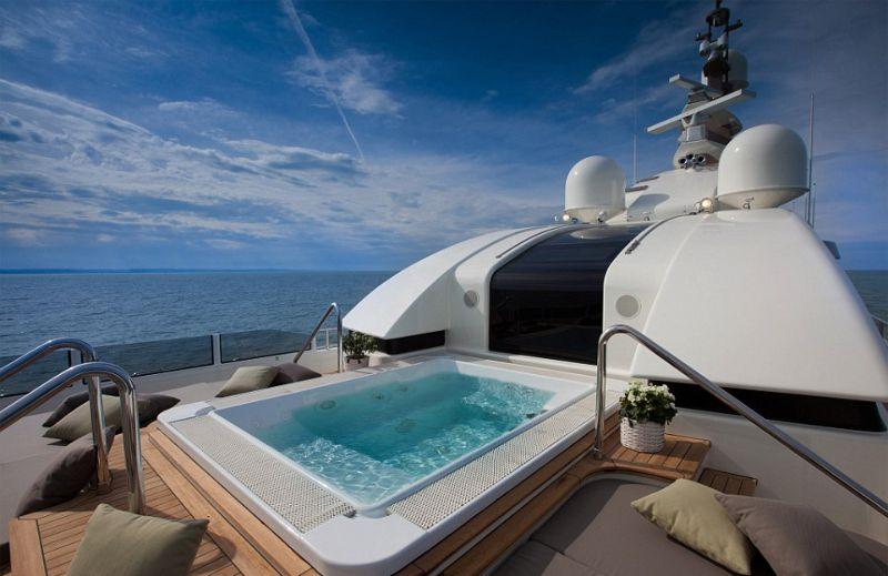 Мега-яхта с гаражом для катера, бассейном и спортивным залом