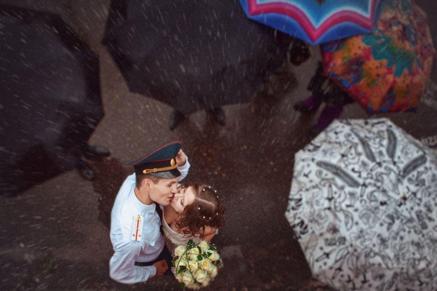 Молодожены, которые не испугались дождя в день своей свадьбы