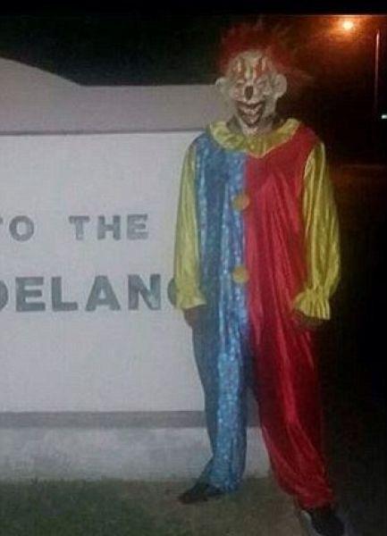 По ночным улочкам разгуливают зловещие клоуны