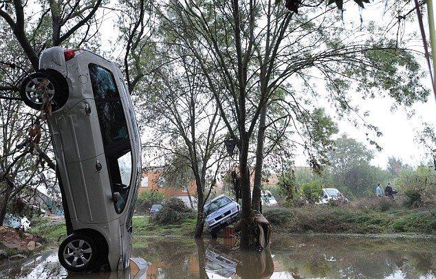 Разбросанные ураганом автомобили