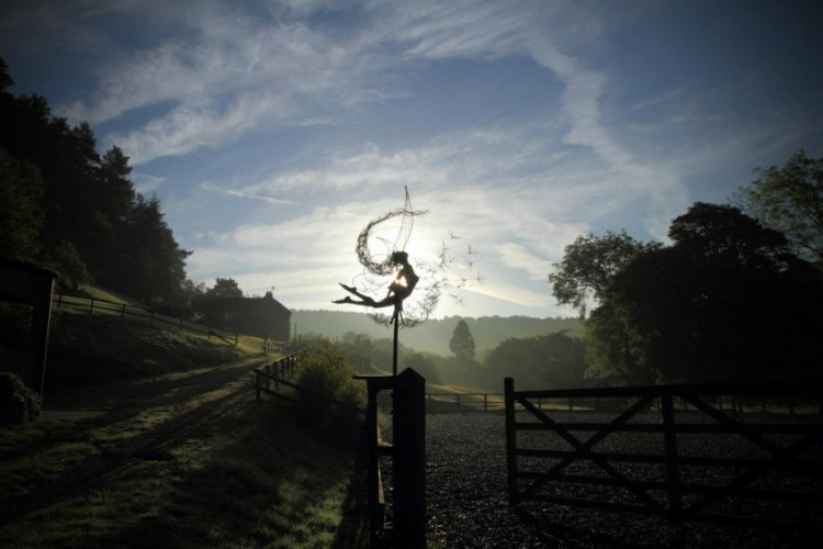 Сказочные скульптуры фей из проволоки