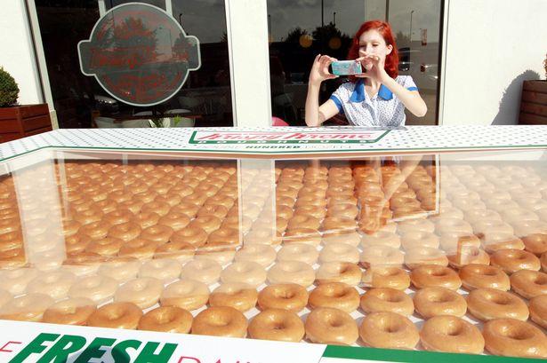 Огромная коробка с 2400 пончиками