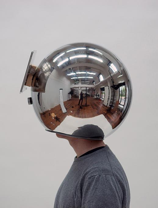 Шлем для замедления окружающего мира