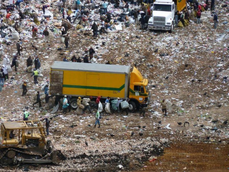 Копатели сокровищ среди гор мусора