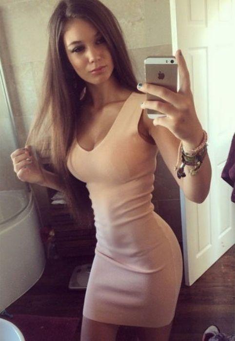 Красивые девушки и их облегающие наряды