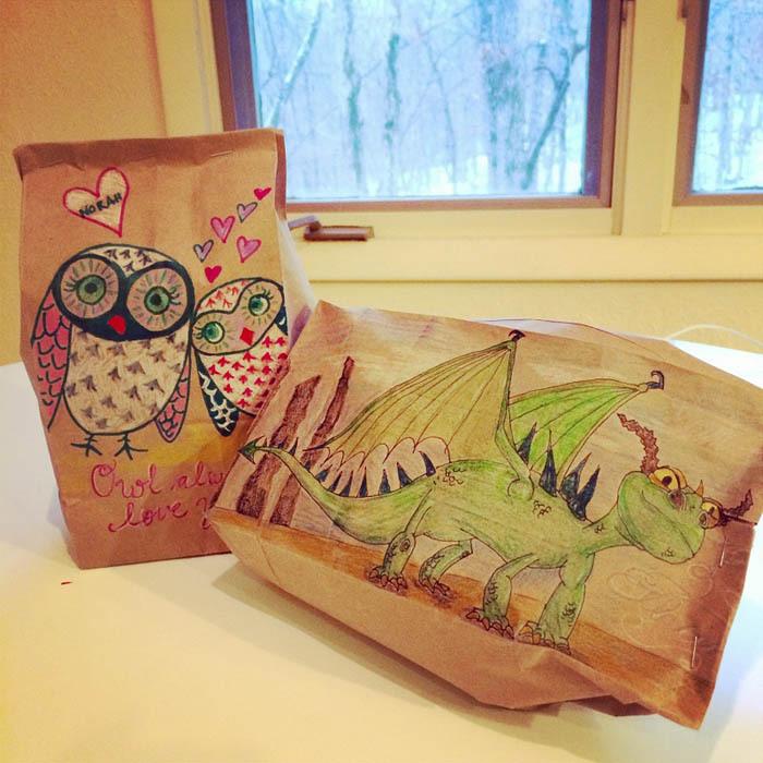 Мама расписывает пакеты для бутербродов, которые ее сын берет в школу