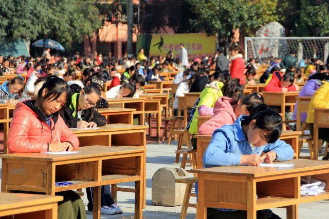 Экзамен на свежем воздухе для тысячи студентов