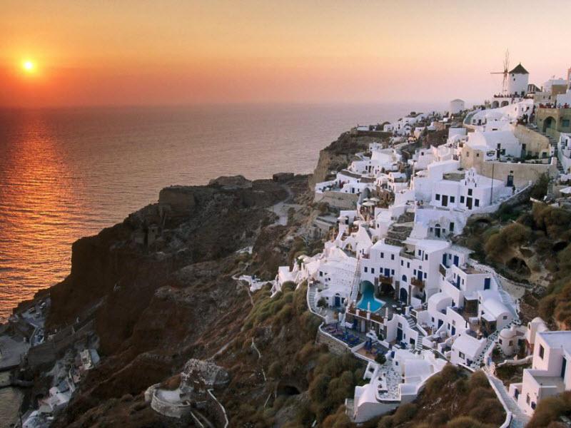 Живописные строения на скалах