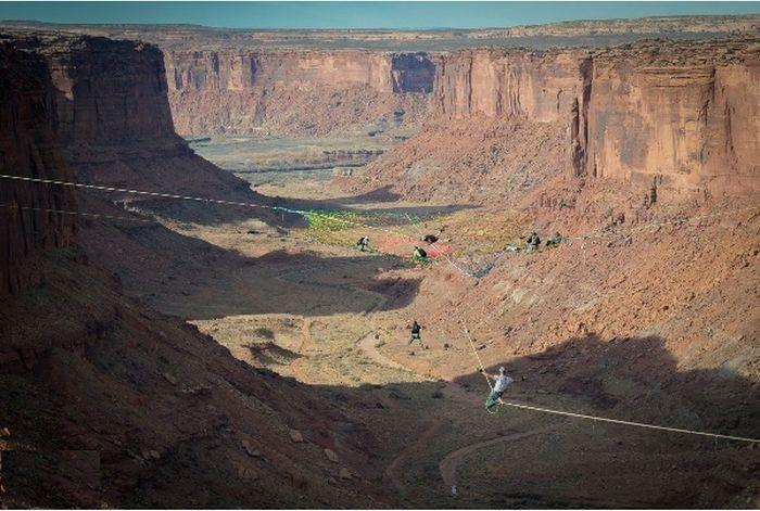 Экстремальный отдых в сетке над каньоном