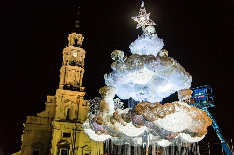Полная облаков рождественская елка в Каунасе