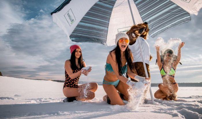 Девушки Сибири в купальниках на снегу