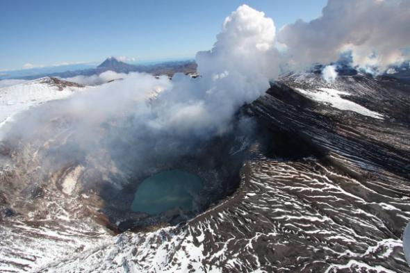 Самый высокий из действующих вулканов Евразии начал извергаться на Камчатке