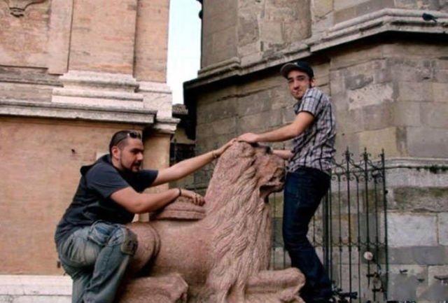 Фотографии с памятниками в непристойных позах