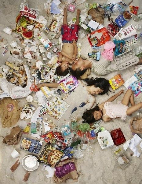 Американцы посреди недельного мусора