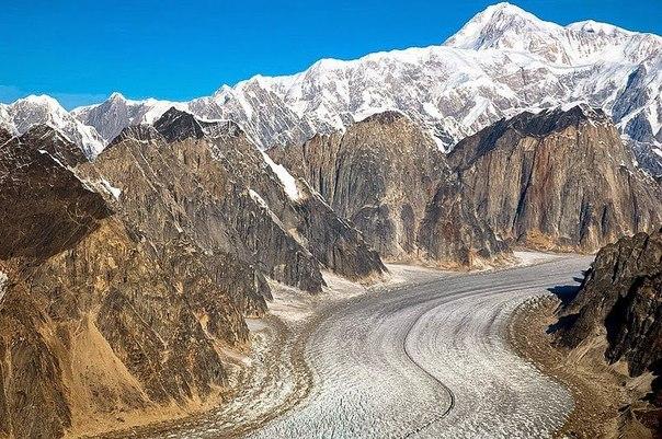 Необычное ущелье ледника Рут с движущимся льдом