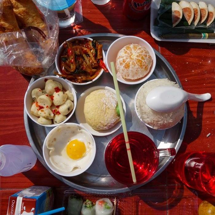 Разнообразная еда для тайских богов