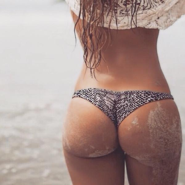 Красивые девушки на пляже в песке