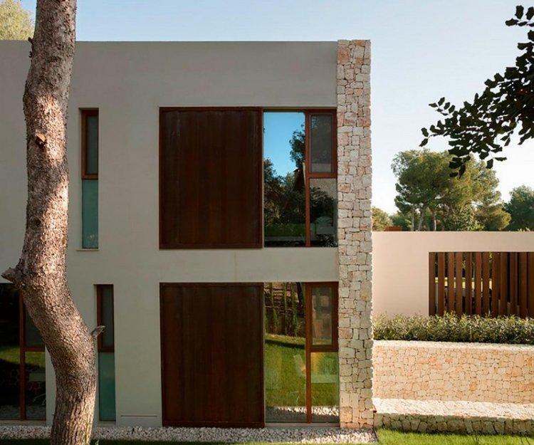 Одноэтажный дом с бассейном в сосновом лесу