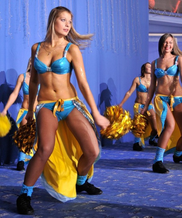 Девушки из групп поддержки КХЛ