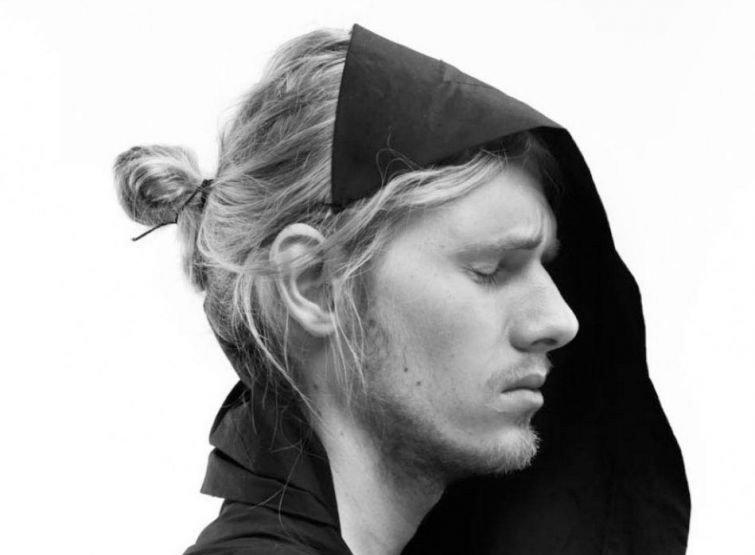 Мужчины, которые завязывают волосы в пучок