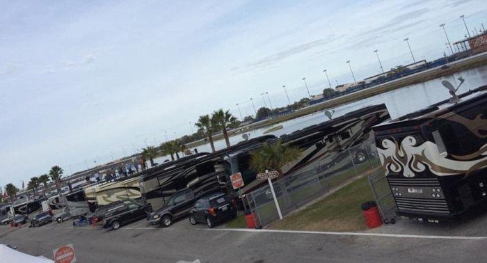 Суперроскошные дома на колесах гонщиков NASCAR