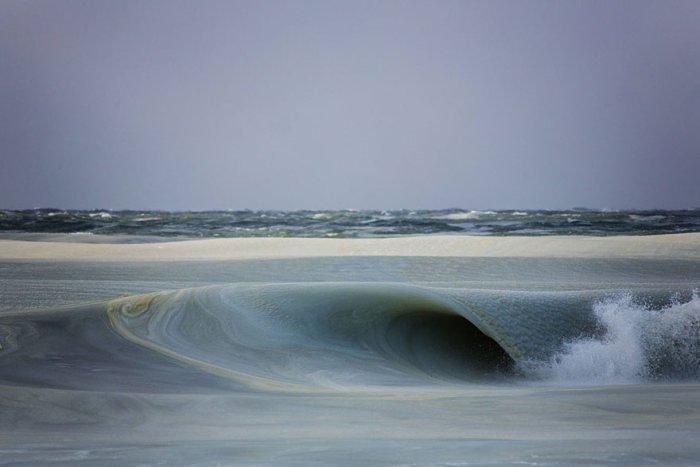 Замерзшие волны на берегу Атлантического океана