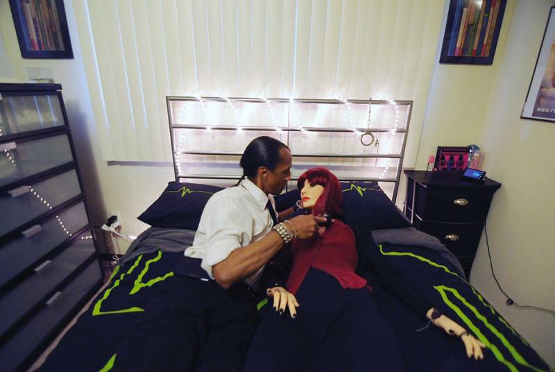 Взрослые мужчины тоже играют в куклы