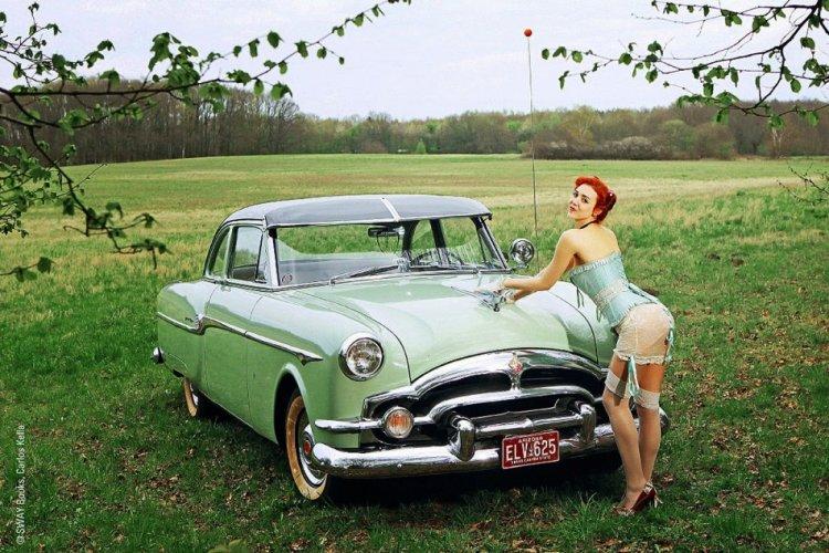 Календарь с красивыми девушками и ретроавтомобилями