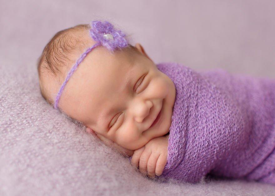 Очаровательные спящие улыбающиеся младенцы