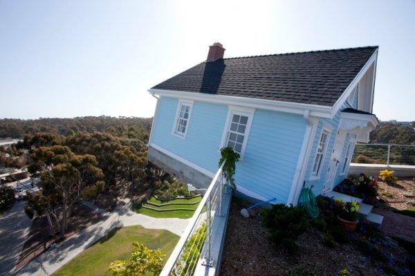 Падающий дом на крыше