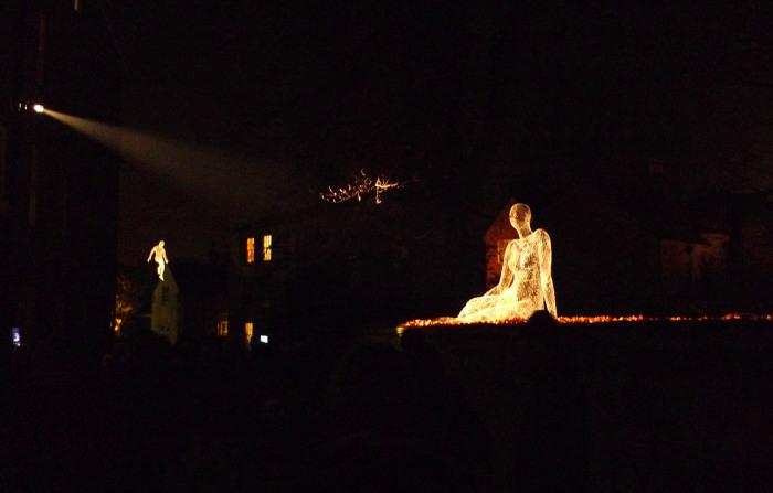 Светящиеся проволочные человеческие фигуры в воздухе