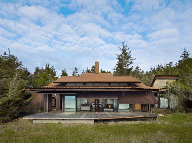 Частный дом с открывающимися стенами и откидной крышей