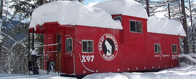 Уютный домик из старого вагона в лесу